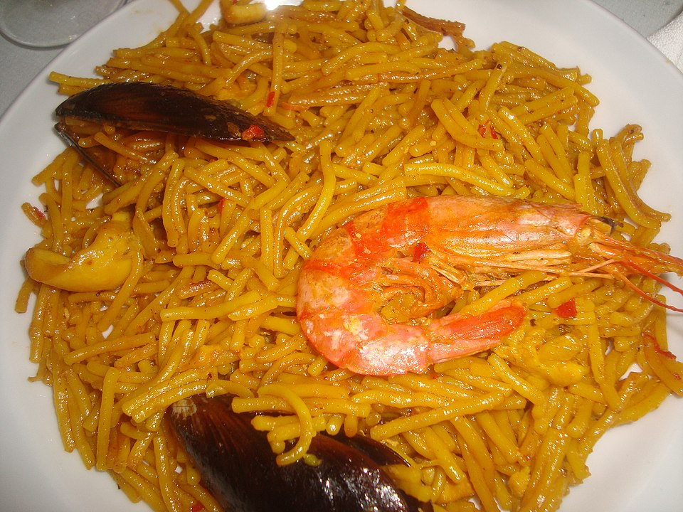 Fideos dish with noodles and prawns